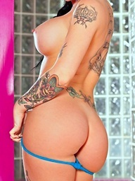 Breasty babe Christy Mack shows her amazing..