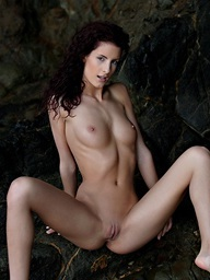 Redhead skiny babe Leanna posing nude for..