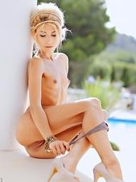 A hawt Stephanie shares her hawt skinny body